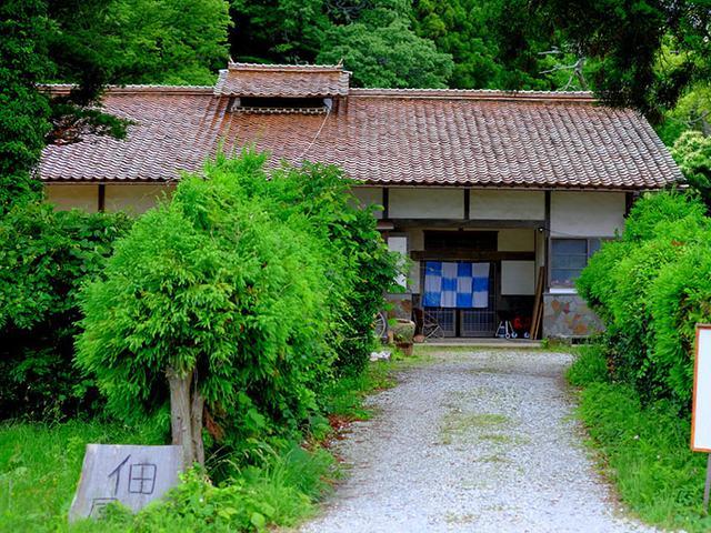 画像: 築120年以上が経つという古民家。元庄屋さんのお宅で敷地が恐ろしく広い。