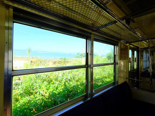 画像: 車窓にはきれいな海が広がり、期待値が上がります!