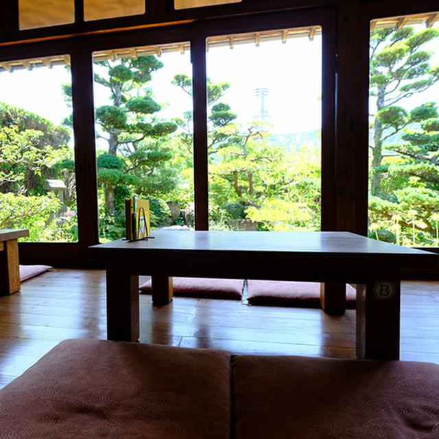 画像: 日本庭園を見ながらのんびり。中心街からも離れている場所ですがたくさんのお客さん。