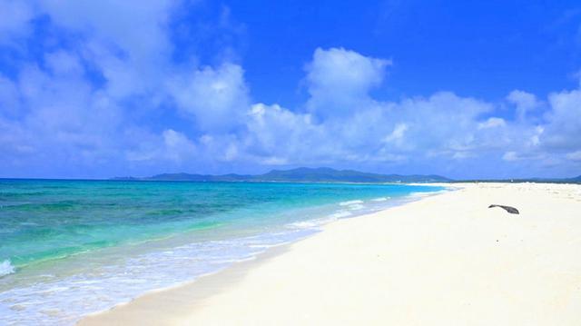 画像: 船着き場の反対側は遊泳禁止。でもこちら側の方が青く美しいんです!