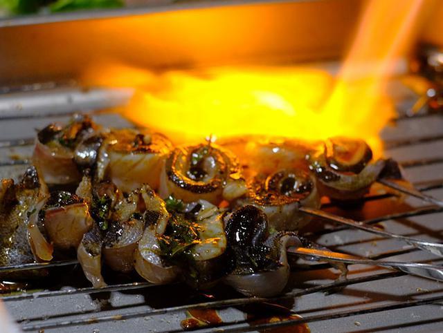 画像: 佃屋さんは隠岐の食材を上手に創作されていました。目の前でゴーッと炙り・・・。