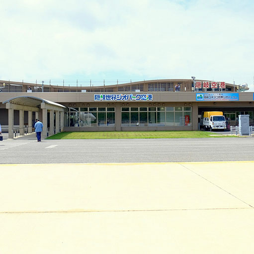 画像: 日本海に浮かぶ島根県隠岐の島町にある「隠岐世界ジオパーク空港」へ向かいます。今回は乗り継ぎもあるため、バックパッカースタイルです!