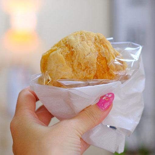 画像: パンとケーキの連続で、マリー・アントワネット状態。パイ生地を使ったシュークリーム。どっしり重たいくらいにクリームが詰まっていました。