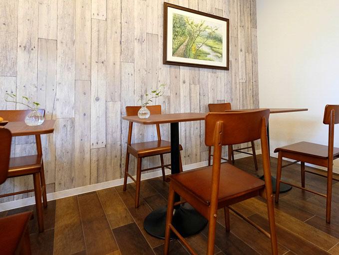 画像: カフェスペースではドリンクをオーダーして、さっそく焼き立てパンを。温め直しなどもしてもらえます。