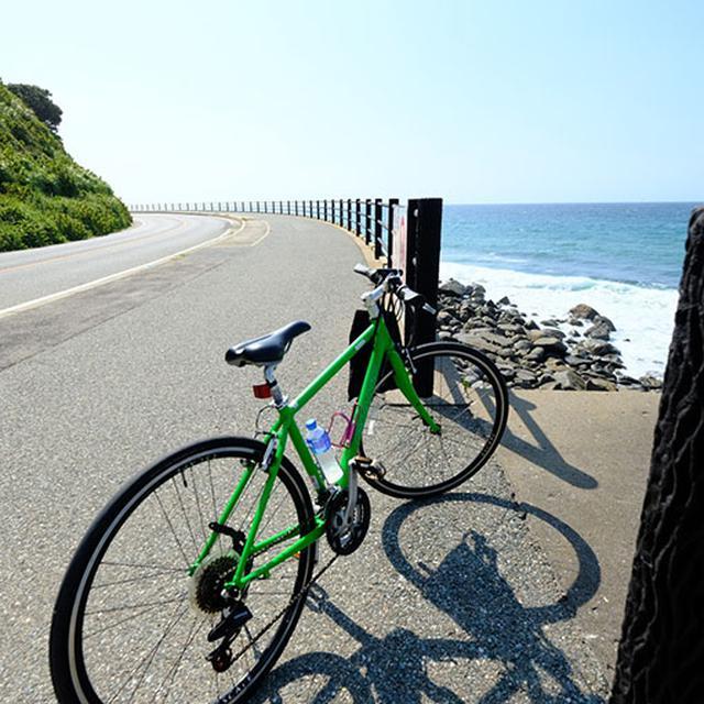 画像: しっかり参拝してこの日の宿へ戻ります。一日中本当に良いお天気でした!この海岸線の道は自転車で走り抜けるにも車でドライブするにもおしゃれなスポットでした。