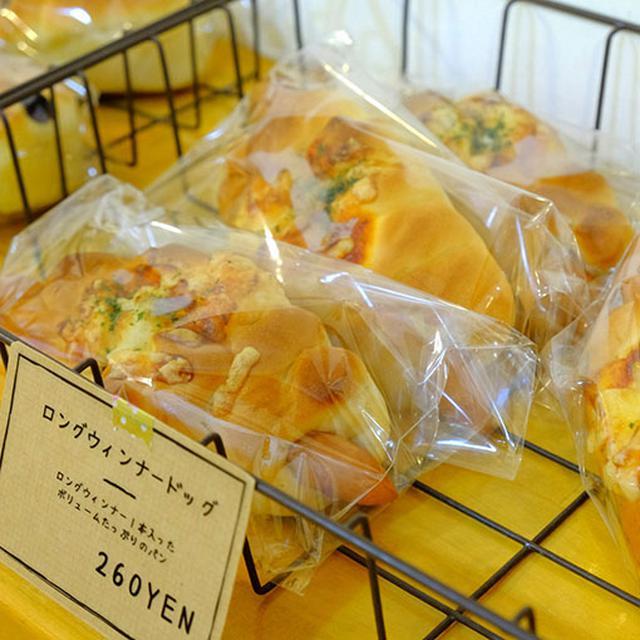画像: ソーセージのパンも美味しそうでした。奥にパン窯があり、ここで全て手作りされていました。