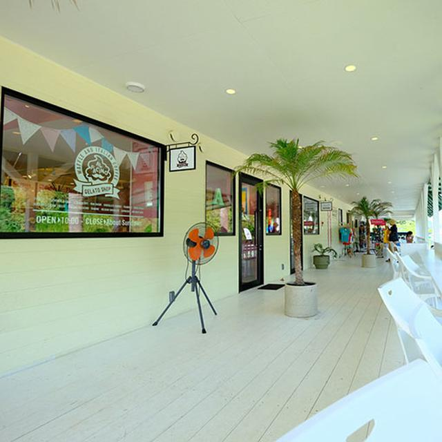 画像: カフェやレストラン、ショッピングも楽しめるリゾートモール。海を眺められるカウンターなどもあり、皆が思い思いに楽しんでいます。