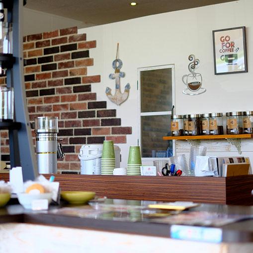 画像: とってもおしゃれなカフェ。ここは海エリアに行く人たちのひとつの拠点ともなっているようでした。カフェとしての役割だけでなく、レンタサイクルサービスを行っていたり、サーフショップもあったりして、立ち寄る人が多かったです。