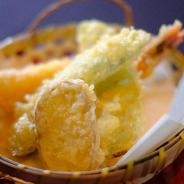 画像: お昼から天ぷらをいただいて、豪華なランチタイム。