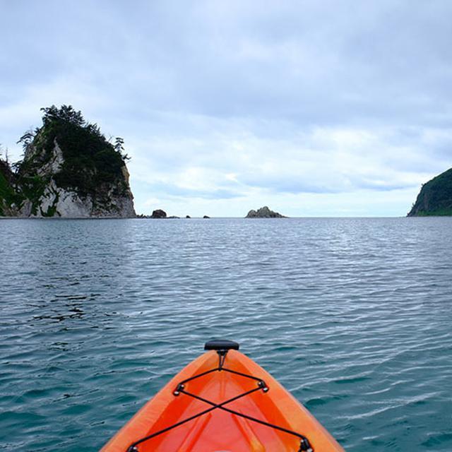 画像: ガイド同行で日本海へ飛び出します。カヤックはかなり浮力が強く安定感があるので安心して乗れますが、下半身は結構濡れます。カヤックの中に水がたまるくらいの感覚があるのでカメラに気を使いました。