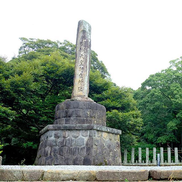 画像: 後醍醐天皇の行在所跡石碑。後醍醐天皇は隠岐に流されてきた後、あの日本海の荒波の中を脱出したんですね。後醍醐天皇のお住まいは、西ノ島の黒木御所ではないかという説もあります。