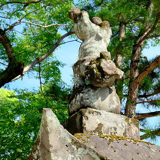 画像: 対の狛犬はもっとアクロバティックに逆立ち。周辺神社には同じ石工さんが作ったとみられるこの狛犬が見られるそうです。