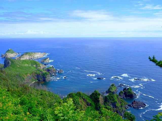 画像: 浸食などにより小島が点々とする特異な風景。絶壁具合から見ても、地殻変動や火山噴火で海水から土地が盛り上がった感じがわかります。