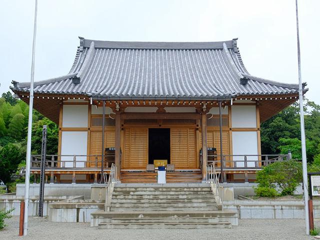 画像: 隠岐国分寺。2007年に本堂が焼失してしまい、再建された本堂が今の姿。