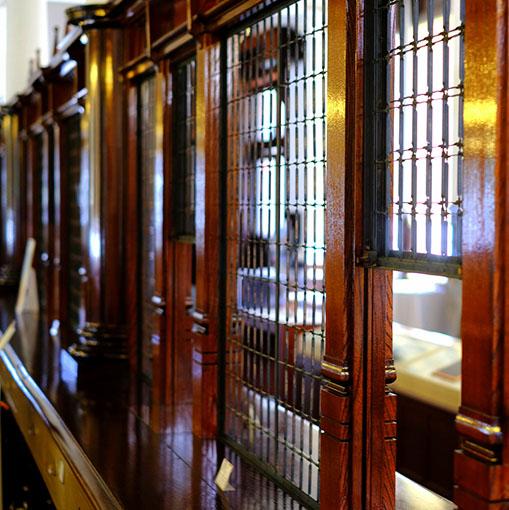 画像: 石造りに赤レンガ。様々な素材を組み合わせた明治期の先進的な建築物。東京駅や奈良ホテルなどを建築デザインした唐津出身・辰野金吾監修のもと、弟子の田中実によって建てられました。