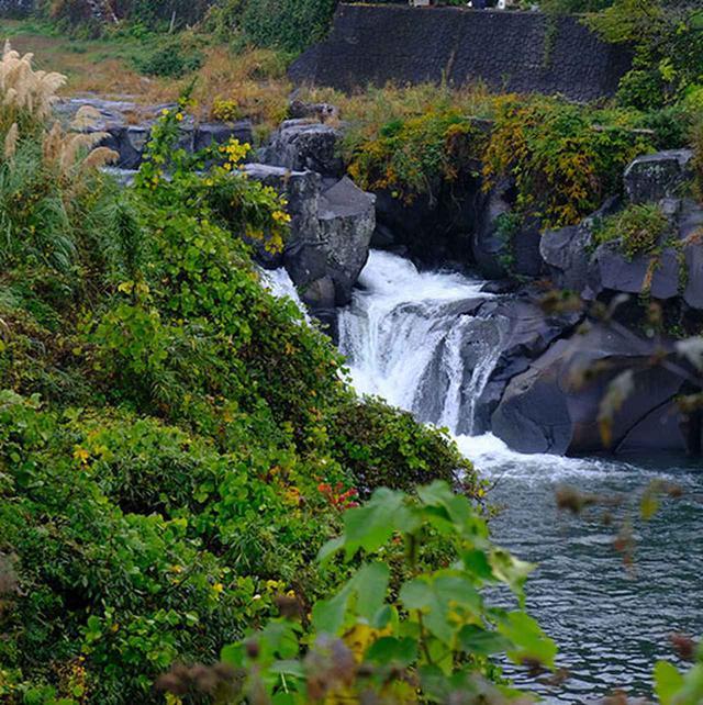 画像: 近くには滝もあって素晴らしい景観。菊池は本当に自然に恵まれていますね。ここに住んでいたら、あまりにもさりげなくて気づかないかもしれないくらいの溶け込み具合。