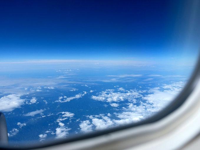 画像: 東京(羽田)から飛び立つ。梅雨空の雲の上は青空なのですね。