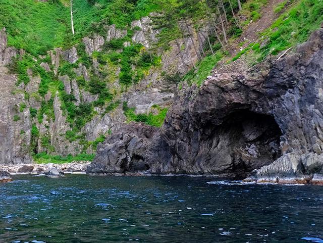 画像: 洞窟もたくさん。崩れたり波で浸食されたりした結果、自然にでき上がった芸術です。