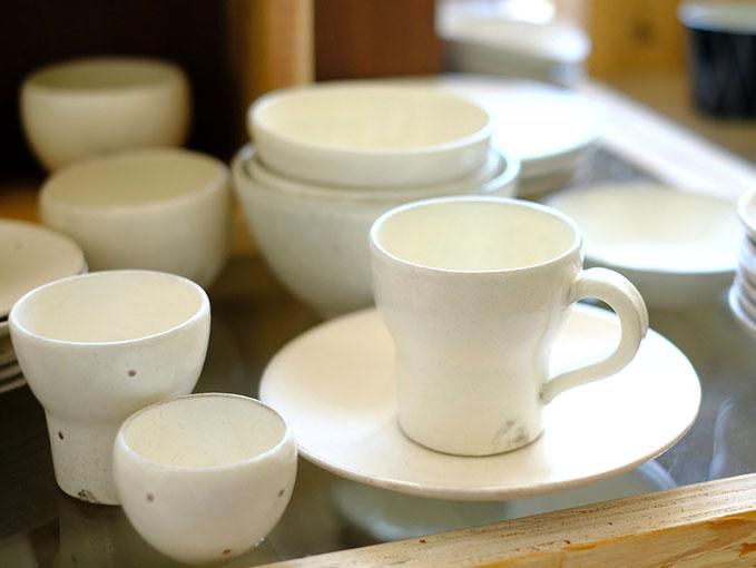 画像: こちらの作品は以前私も糸島に来た時に購入したもの。素朴な風合いのある陶芸で、クリーミーホワイトなシリーズが食卓でとても心地よいです。