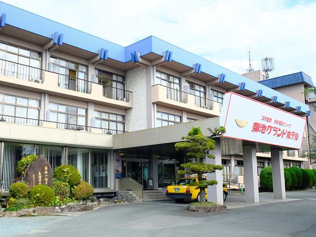 画像: 宿泊は「菊池グランドホテル」。ロゴがレトロかわいい。ホテルが建つ場所は、もともとすぐ隣にある正願寺の敷地。由緒ある場所に建つホテルです。