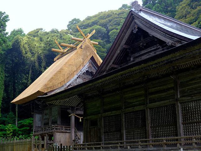 画像: 茅葺きの大屋根は葺き替えられたばかりで輝かんばかり!「隠岐造り」と呼ばれる様式を持つ本殿。