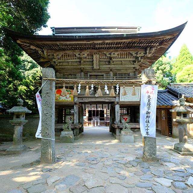 画像: 「桜井神社」。楼門が立派です。そして神聖な雰囲気が漂う境内です。