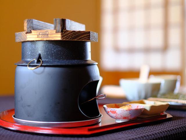 画像: 要予約なので、すでにお釜がセッティング済み。机の上でごはんが焚きあがっているところでした。