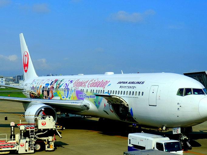 画像: この日も朝早いフライト。福岡空港行の機体にはミッキーマウスとその仲間たち!東京ディズニーリゾート®35周年を記念したデザイン。