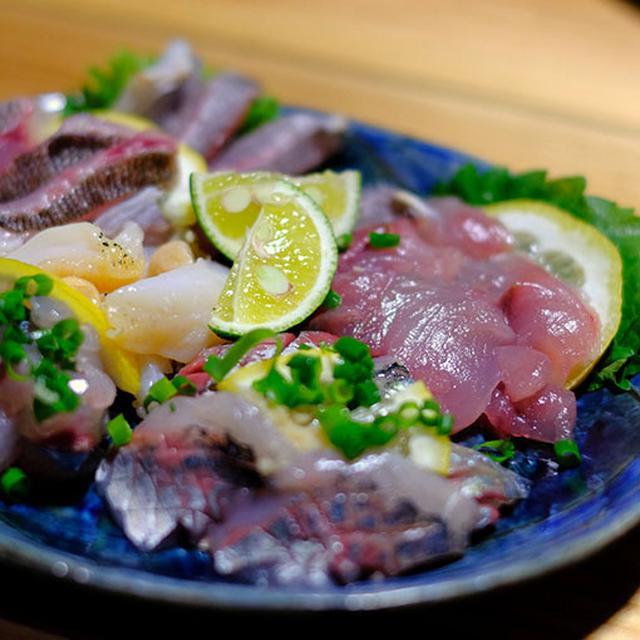 画像: イサキ、サバ、白バイ貝、飛び魚のお刺身。