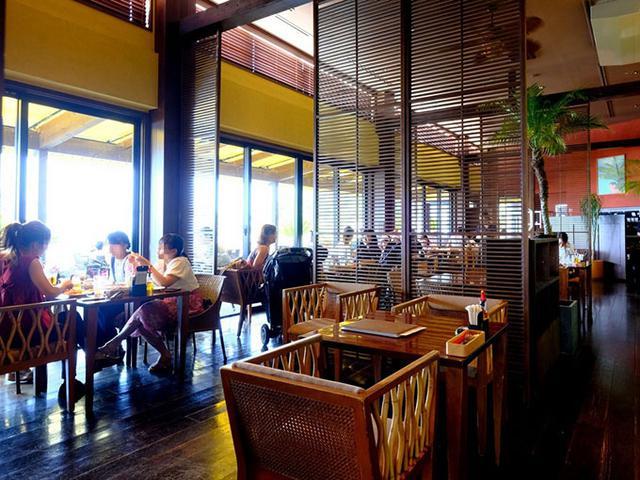 画像: やっと到着した海辺のカフェでイタリアンランチ。ここは人気店なのであらかじめ予約をしていました。