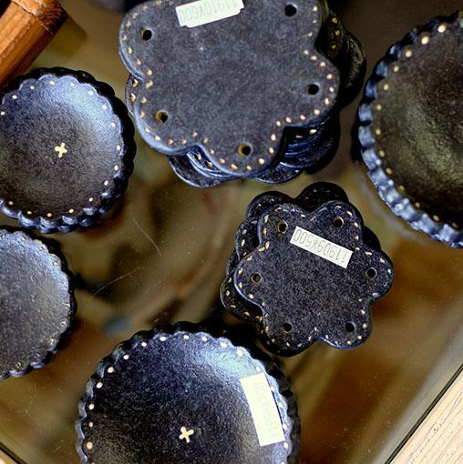 画像: 焼き物の窯や陶芸作家が多いエリアであり、たくさんの個性的な陶芸を見ることができるほか、アクセサリーやガラス工芸、布ものなどが揃っています。
