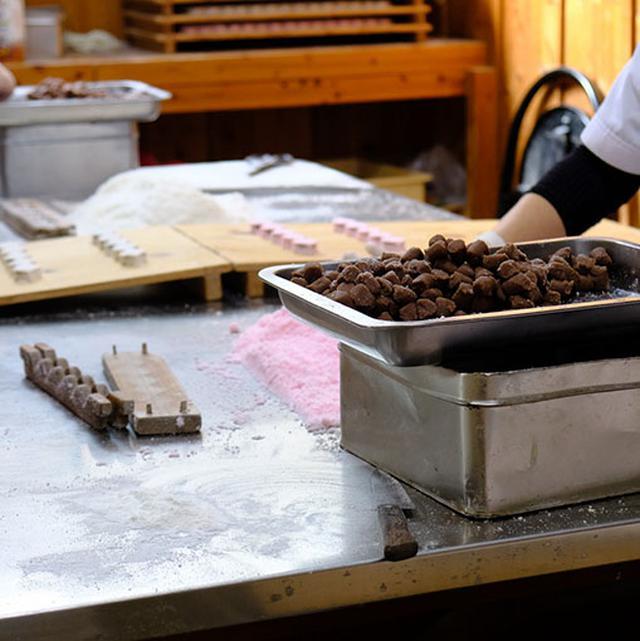 画像: 落雁の中にあんこを入れる、ちょっと珍しいお菓子。一口サイズでお茶うけに人気とのこと。
