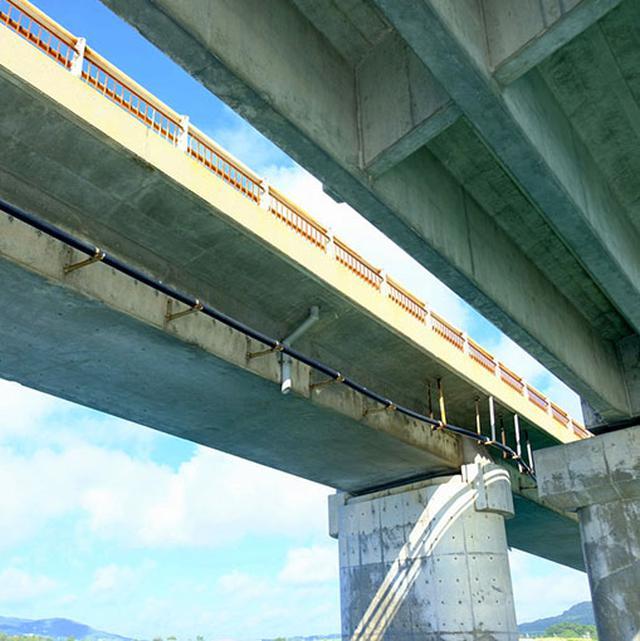 画像: 久米島から「奥武島」へつながる橋をくぐり。海側から久米島の様々なスポットを見ることもできます。奥武島レポートはこの後です!