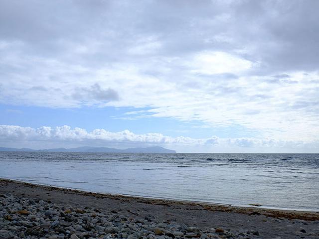 画像: 隠岐の海の美しさは折り紙付き。遠くには隣の島々「島前(どうぜん)」が見えます。