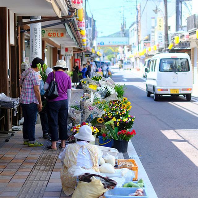 画像: 店舗の前に商品を並べていて、朝市のような世界。