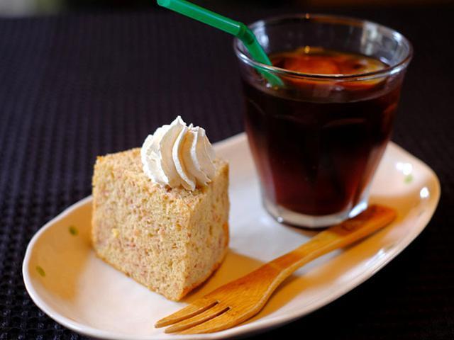 画像: ドリンクとデザートも付きました。野イチゴのシフォンケーキ。