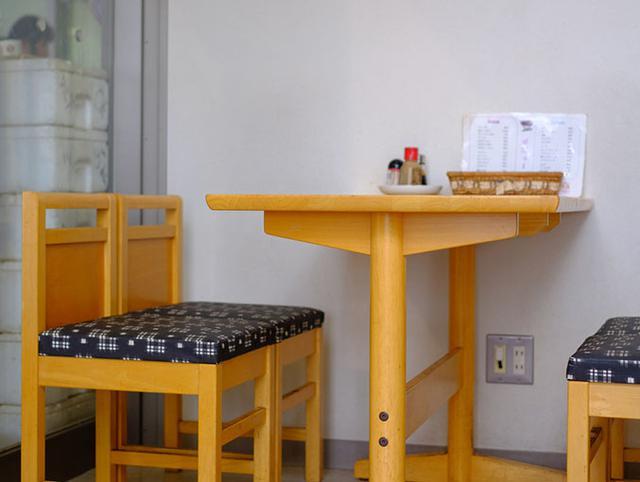 画像: 隠岐にもお別れ。隠岐空港の喫茶店はおそば屋さんみたいな椅子でした。