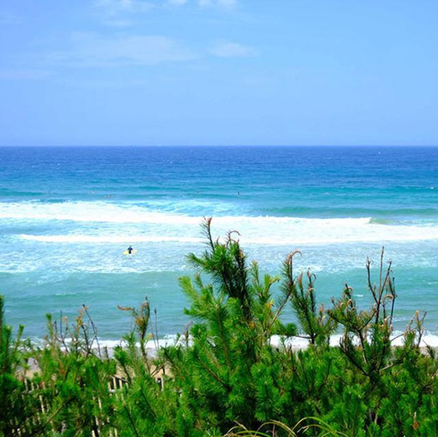 画像: 少々波が高く、白波が立つ玄界灘。海に近づくと夏休みを楽しむ人たちでいっぱいでした。