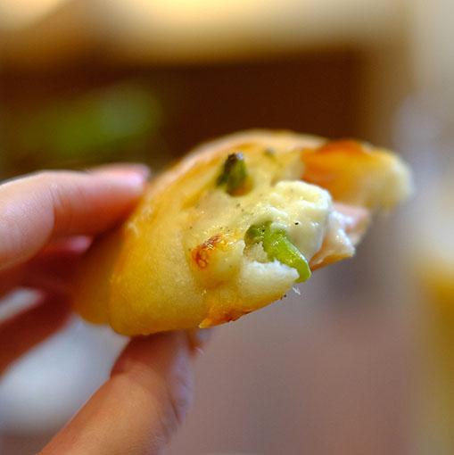 画像: 糸島産アスパラガスを使ったパンはさきほどオーブンから出てきたばかり。表面カリツと、中はふわふわ。