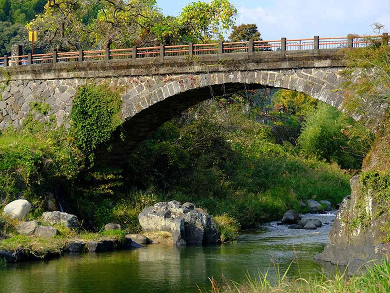 画像: 河原へ降りることもできます。下から見上げる狭間めがね橋。