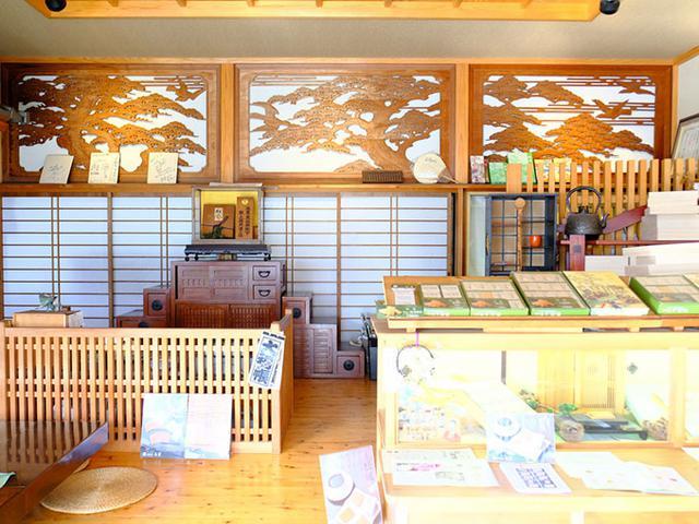 画像: 4代続く老舗のお菓子屋。松風のみを販売する専門店で、奥では全国へ発送される松風を焼く工場が併設されています。