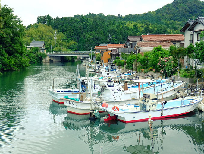画像: 愛の橋商店街には八尾川が流れていて、そこが各家々の船着き場にもなっています。港町らしい景色が見られます。