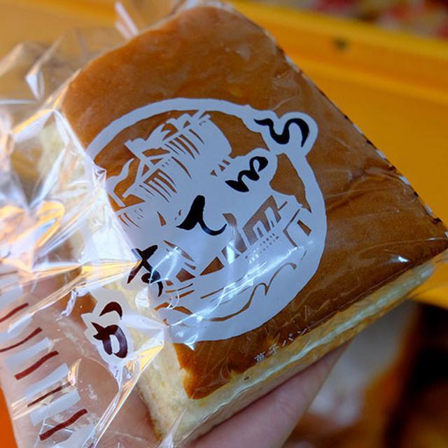 画像: 筆文字フォント「かすていら」と、日本にかすていらが伝来した歴史上の壮大なストーリーを表すような帆船が描かれています。スポンジ生地にクリームが挟んであります。旅の途中のおやつになりました。