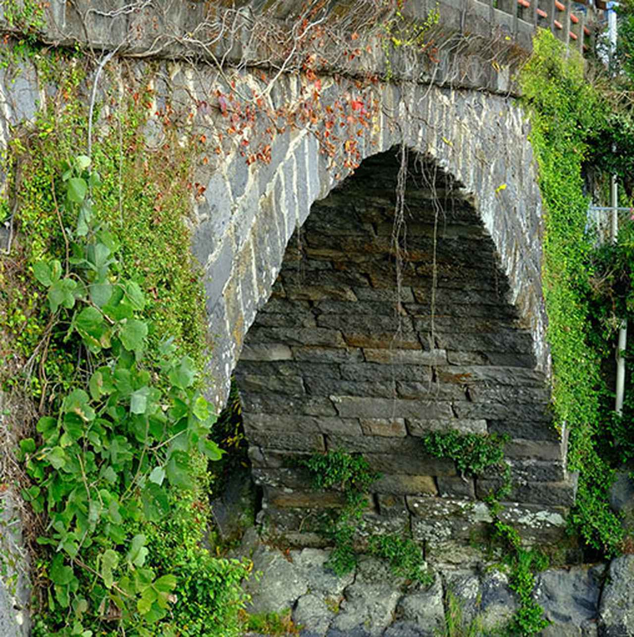 画像: 互い違いに組まれた石。一連アーチ橋で江戸時代後期に造られた石橋です。地元の石工であった伊助によって組まれました。