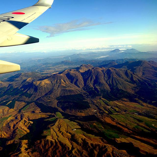 画像: 空の上から阿蘇山にこんにちは~!裾野がとってもきれいです。