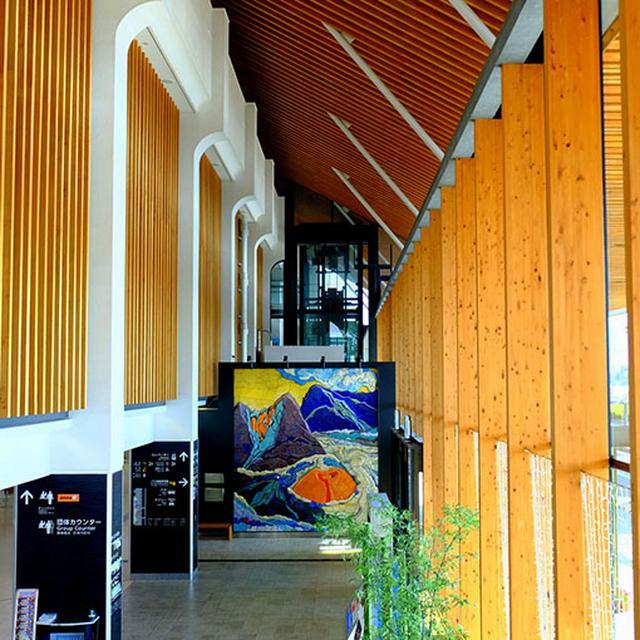 画像: 国際線もありラウンジもあります。県産の木材を多用した温かい雰囲気の空港です。