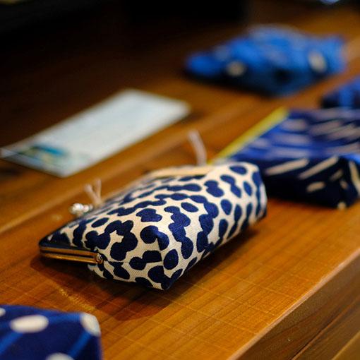 画像: 布小物などはおみやげとして購入しやすいですね!「安来市・天野紺屋のがま口ポーチ」。