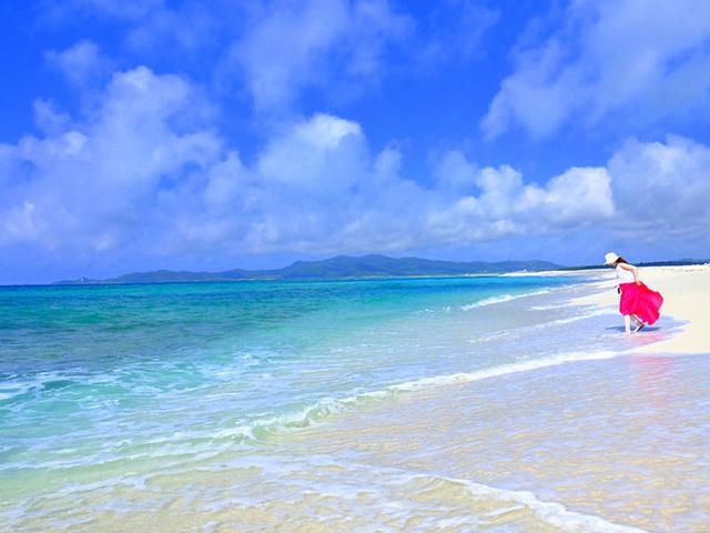 画像: 青い海、白い砂浜!砂浜はサンゴ礁の上に積もった砂。この砂もサンゴからできているので本当に真っ白。