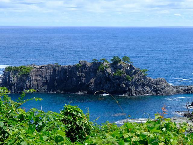 画像: 黒島展望台。この岩は玄武岩でできており、でき上がる時に地球内部の「マントル」を取り込んだまま地表に出てきました。美しい景観であるとともに、地球そのものを語る重要な岩石であると言えます。