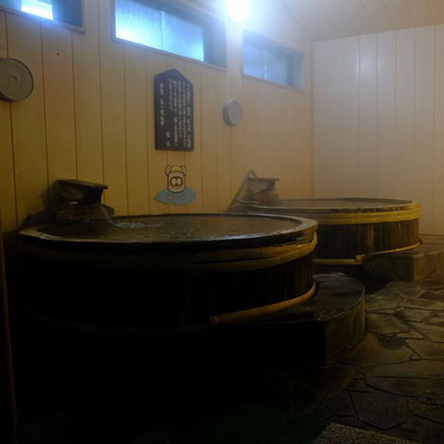 画像: 市内にある「菊の城酒造」の酒樽を使った樽風呂。お酒に浸かっている気分になれる?変わり風呂。菊池温泉はアルカリ性の泉質で全身ピーリング効果あり。湯量もたっぷりで循環していない源泉かけ流しの温泉です。